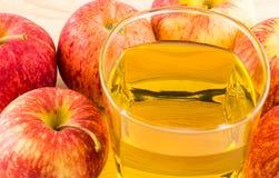 3d jabłczanych jabłek konceptualny spadać karmowego szklanego wizerunku soku naturalny przejrzysty Obrazy Stock