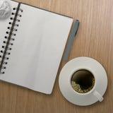 3d kop van koffie in een witte kop en een leeg notaboek Stock Foto's