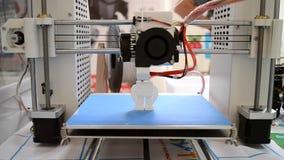 3D l'imprimante crée un objet volumétrique avec le plan rapproché en plastique fondu