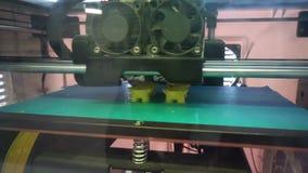3d l'imprimante imprime un chiffre de matériel jaune clips vidéos