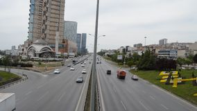D100 la carretera Turquía Estambul Kartal Cevizli, tráfico no es intensiva almacen de video