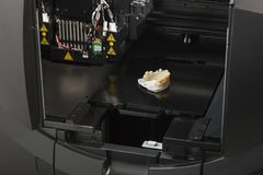 3D la impresora With Finished 3D imprimió el puente del implante dental Fotografía de archivo libre de regalías