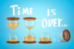 3d la representación de tres relojes de arena, uno de ellos quebrados, con el título 'tiempo ha terminado 'en fondo azul claro de fotos de archivo