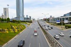 D100 Landstra?e die T?rkei Istanbul Kartal Cevizli, Verkehr ist nicht intensiv lizenzfreie stockfotografie
