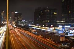 D100 Landstra?e die T?rkei Istanbul Maltepe Esenkent, Verkehr ist nicht intensiv Nachtschie?en lizenzfreie stockfotos