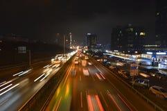 D100 Landstra?e die T?rkei Istanbul Maltepe Esenkent, Verkehr ist nicht intensiv Nachtschie?en lizenzfreie stockfotografie