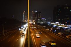 D100 Landstra?e die T?rkei Istanbul Maltepe Esenkent, Verkehr ist nicht intensiv Nachtschie?en stockfotografie