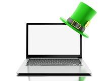 3d Laptop met het lege scherm met St Patrick ` s hoed Stock Foto