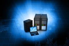 3d laptop met servers Stock Afbeeldingen