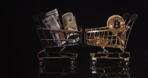 D?lar contra o bitcoin O conceito do esforço financeiro da moeda velha e nova video estoque