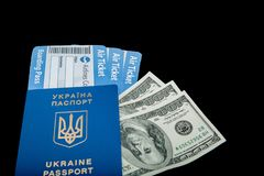 D?lares, passaporte e bilhetes de ar em um fundo preto placa vazia do modelo, espa?o da c?pia imagem de stock royalty free