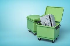 3d le rendu de deux poubelles vertes, avant peut s'ouvrir avec l'intérieur sûr en métal coudé et cassé, sur le fond bleu-clair illustration de vecteur