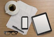 3d leeren Tablette mit Handy Lizenzfreie Stockfotografie
