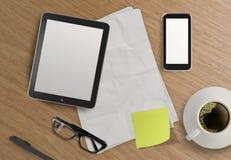 3d lege tablet en een kop van koffie op houten Stock Fotografie