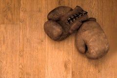3d lokalisiert auf wei?em Hintergrund Retro- Paare der alten Weinlese der ledernen abgenutzten Handschuhe sind auf der h?lzernen  stockfotos