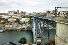 D Luis Bridge Leads till Porto arkivbild