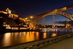 D Luis I brug bij nacht wordt verlicht die De rivier van Douro Porto stad stock fotografie