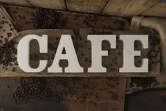 3D marque avec des lettres le CAFÉ d'orthographe sur la surface en bois rustique Images libres de droits