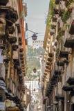 Dôme carrelé dans des allées de Naples images libres de droits