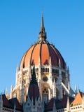 Dôme central du Parlement hongrois sur le fond clair de ciel bleu à Budapest Photos stock