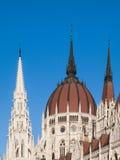 Dôme central du Parlement hongrois sur le fond clair de ciel bleu à Budapest Photos libres de droits
