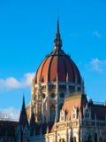 Dôme central du Parlement hongrois sur le fond clair de ciel bleu à Budapest Photo stock