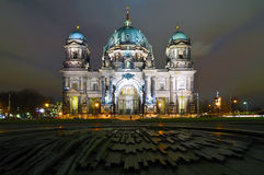 Dôme de Berlin la nuit (les DOM de Berlinois) Photographie stock libre de droits