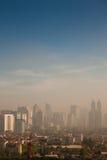 Dôme de brouillard enfumé au-dessus d'une ville polluée Photos libres de droits