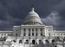 Dôme de capitol avec le ciel foncé de tempête Images libres de droits