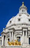Dôme de capitol d'état du Minnesota et manganèse de rue Paul de chevaux Image libre de droits