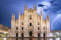 Dôme de cathédrale de Milan à la tempête - Italie photographie stock libre de droits