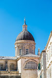 Dôme de Dubrovnik sous le ciel bleu images stock