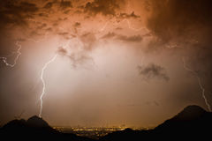 Dôme de foudre au-dessus des lumières de ville Photo libre de droits