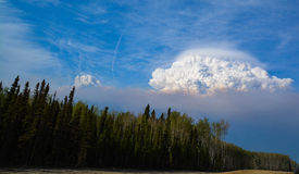 Dôme de fumée au-dessus de fort McMurray Alberta Image libre de droits