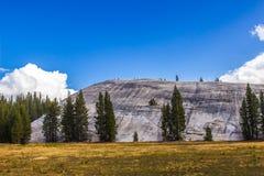 Dôme de granit résultant du pré dans Sierra Nevada Photos stock