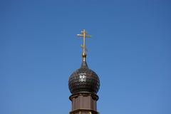 Dôme de l'église orthodoxe russe avec la croix contre le ciel bleu Images libres de droits