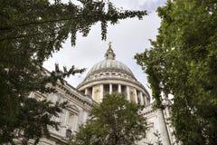 Dôme de la cathédrale de St Paul vu par les arbres Images stock
