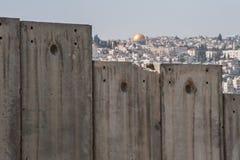 Dôme de la roche et du mur de séparation israélien photos stock