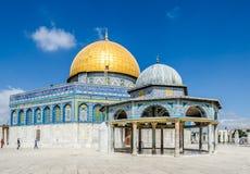 Dôme de la roche et le dôme adjacent de la chaîne sur l'Esplanade des mosquées dans la vieille ville de Jérusalem, Israël Image stock