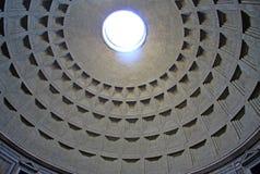 Dôme de Panthéon de Rome avec l'oculus Beaux vieux hublots à Rome (Italie) Image libre de droits