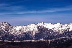 Dôme de parapentiste dans le ciel au-dessus de l'arête Photographie stock