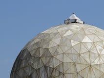 Dôme de radar abandonné contre le ciel Photographie stock libre de droits