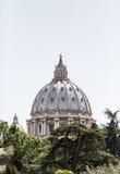 Dôme de saint Peters Rising From Trees photos libres de droits