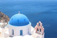 Dôme du temple hristian dans le village Oya sur la côte de l'île Santorini Photo libre de droits