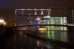 Dôme en verre lumineux sur le toit du Reichstag à Berlin vers la fin de la soirée photos libres de droits