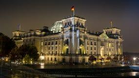 Dôme en verre lumineux sur le toit du Reichstag à Berlin vers la fin de la soirée photographie stock