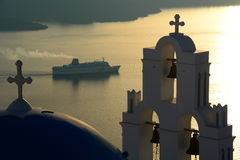 Dôme et belltower d'église d'Agios Theodori au coucher du soleil Firostefani, Santorini, îles de Cyclades La Grèce Image libre de droits