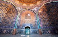 Dôme et murs modelés colorés avec des tuiles dans la mosquée iranienne Photographie stock libre de droits