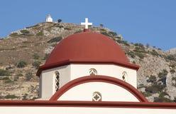 Dôme rouge d'église grecque en Crète La Grèce Photographie stock