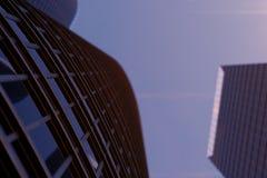 3D mening van de illustratie Lage hoek van wolkenkrabbers Wolkenkrabbers bij zonsondergang die op perspectief kijken Bodemmening  stock illustratie